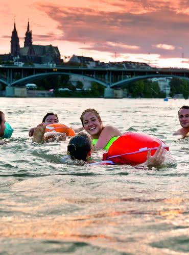 Nager dans le Rhin à Bâle