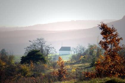 Vue de la chapelle du Bollenberg en automne © Vincent Schneider