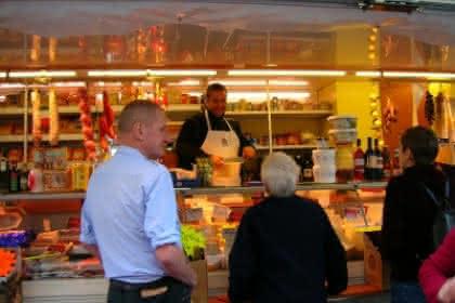 Un producteur de fruits et légumes présent sur le marché d'Altkirch tous les jeudis. Photo de JP Girard.